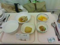 3/8 病院食 夕食 魚の煮つけ、ジャガイモの煮物、水菜のお浸し、フルーツ缶詰