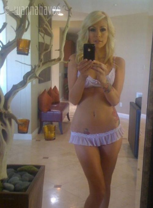 1265367030_sexy_iphone_girls_08.jpg