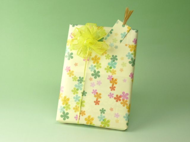 【商品】本を包む清水さん