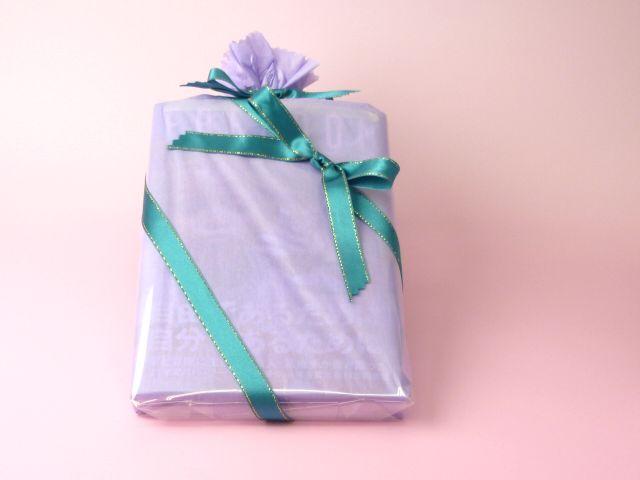 【商品】本を包む織茂さん
