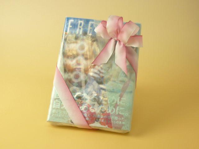【商品】本を包む菊地さん