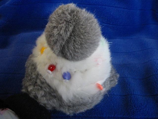 ニット帽子に丸いビーズを専用ワッシャで留めて装飾完了