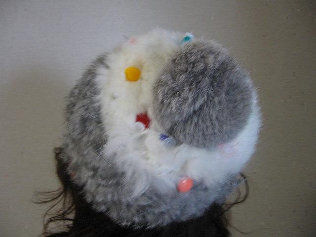 丸いビーズでニット帽子を飾ってみました