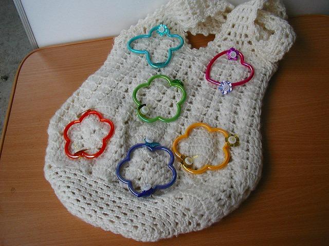 毛糸の手提げカバンのデコレーション