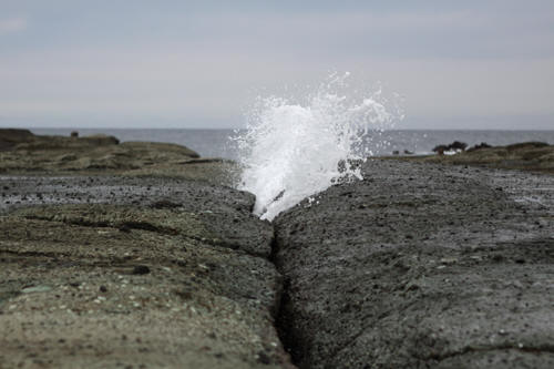 岩の間から海水が吹き上がる