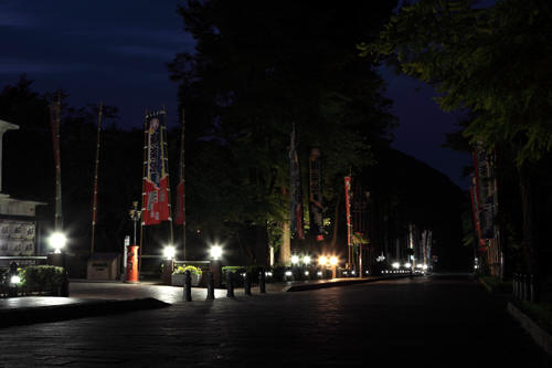 日の出前の庚楽館前の道路