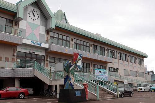 阿仁前田駅駅舎と丸ポスト