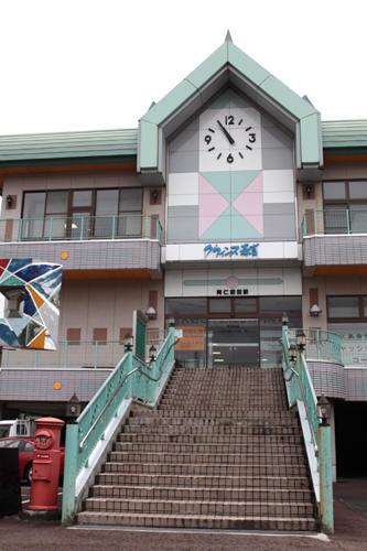 阿仁前田駅入口の階段と丸ポスト