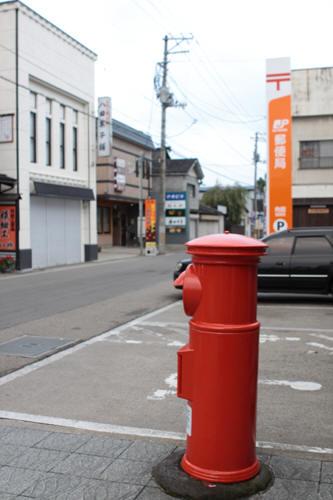角館郵便局前の丸ポストと前の道