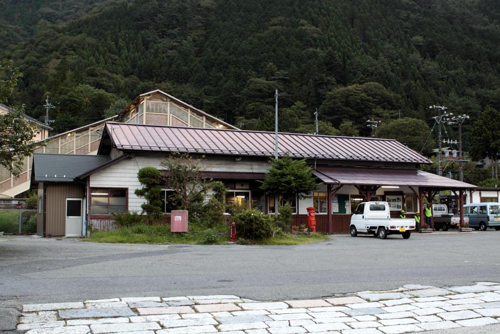 須原駅駅舎と丸ポスト