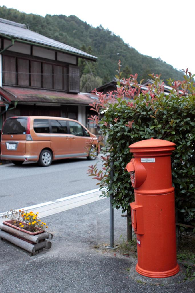 須原郵便局前の丸ポストと道路