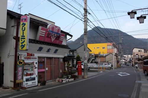 桜枝町の丸ポストと周囲の様子