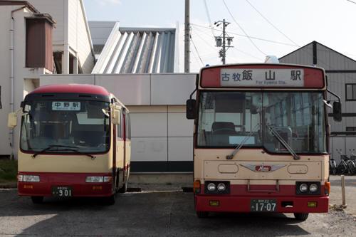 信州中野駅裏側の長電バス2台