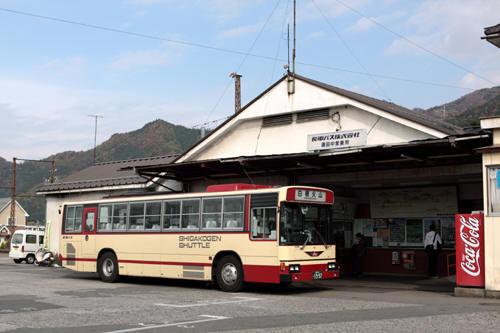 湯田中駅のバス乗り場と長電バス