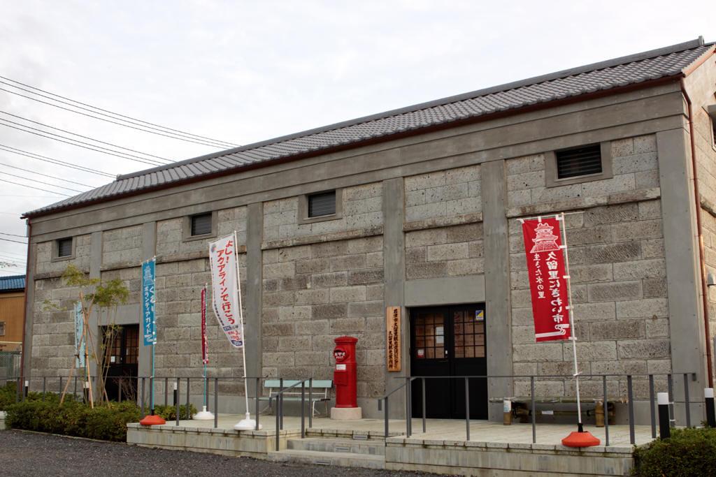 久留里駅近くの建物と丸ポスト