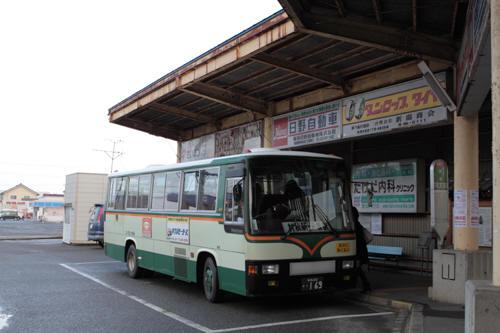 村松駅バス乗り場に停車中の蒲鉄小型バス