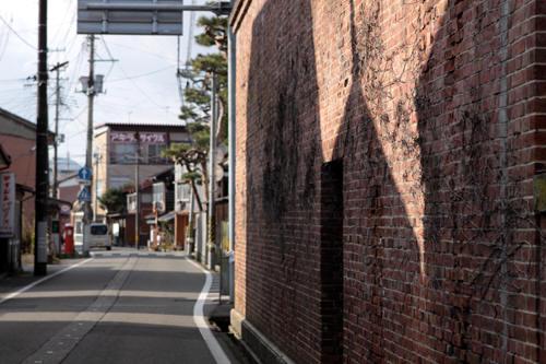 五泉市本町の煉瓦の壁と丸ポスト