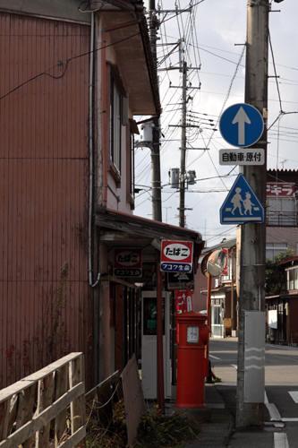 五泉市本町の建物と丸ポスト