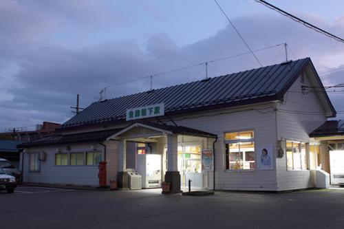会津坂下駅駅舎と丸ポスト