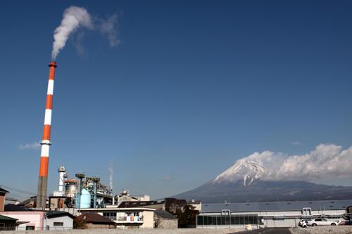 工場と富士山