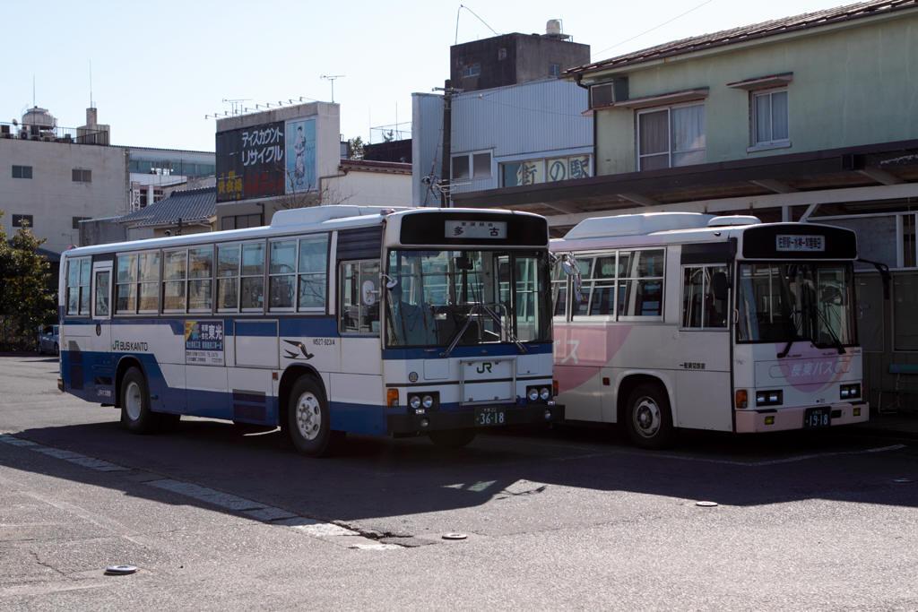 佐原駅前に止まっている2台のバス
