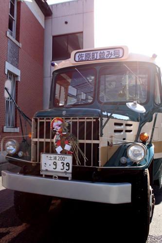 ボンネットバスには注連飾り