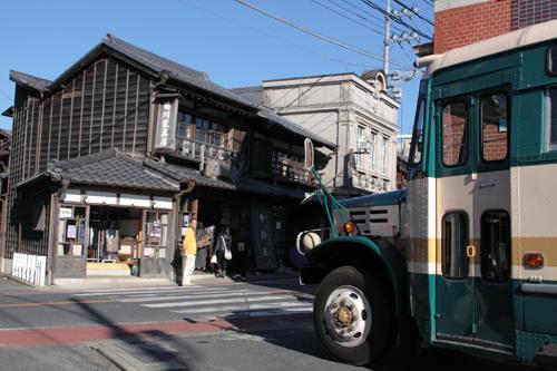 ボンネットバスと古い建物