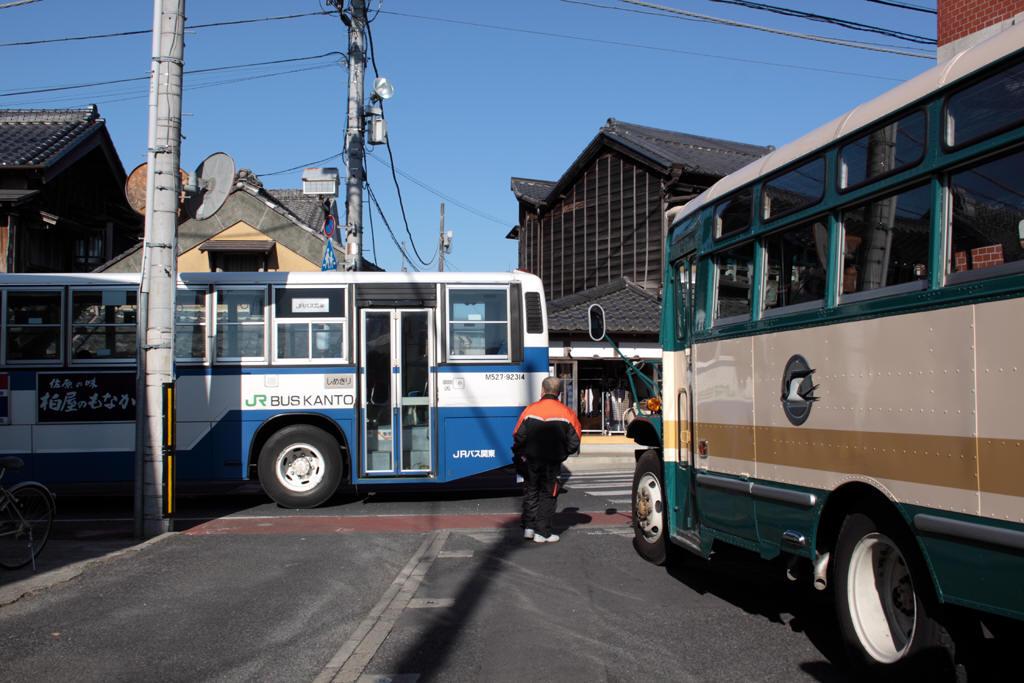 ボンネットバスの前を通過したJRバス