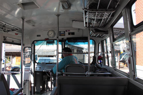 ボンネットバス車内の様子