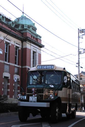 佐原三菱館を前を行くボンネットバス