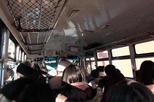 賑わうボンネットバス車内