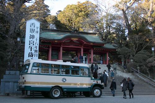 香取神宮に到着したボンネットバス