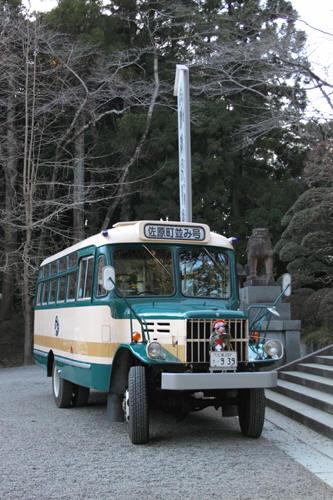狛犬とボンネットバスのツーショット