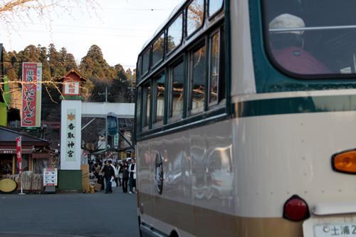 香取神宮とボンネットバス後部