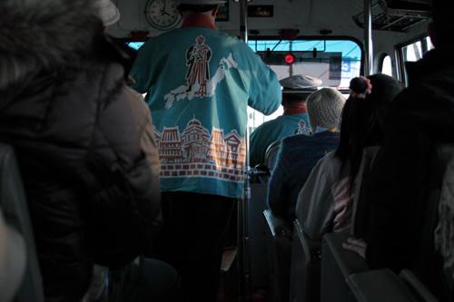 満員のボンネットバスの車内