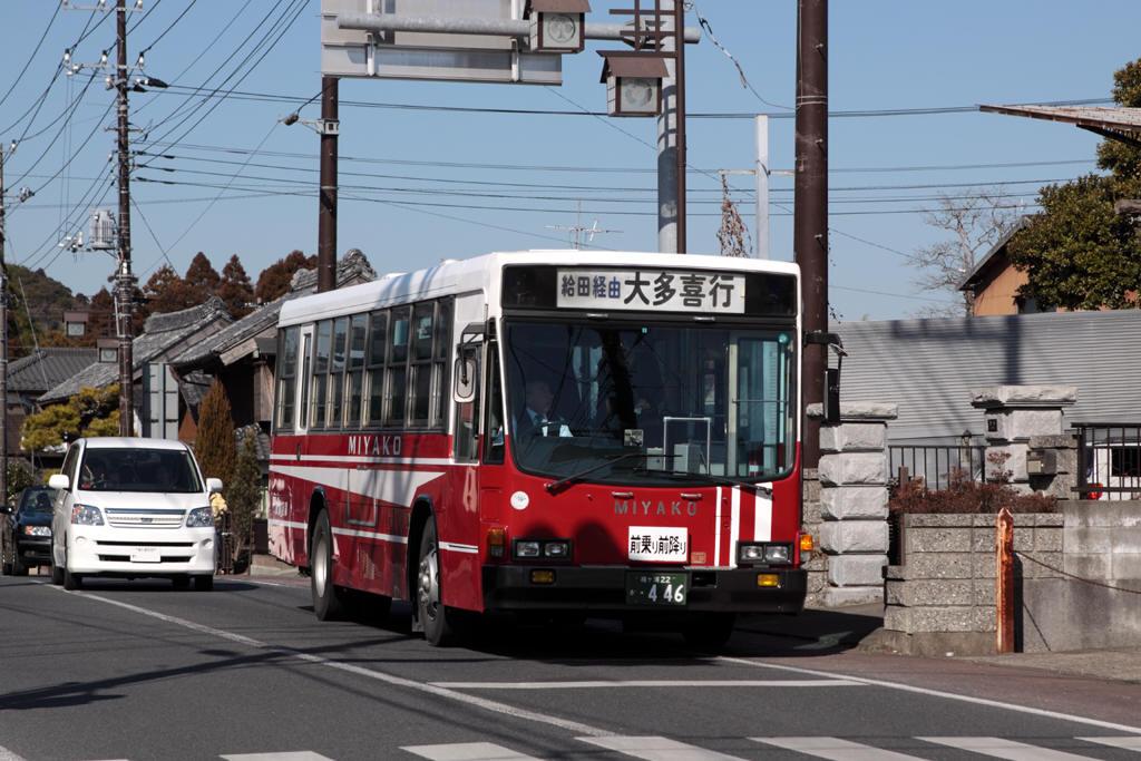 交差点の前の停留所に停車中の都バス