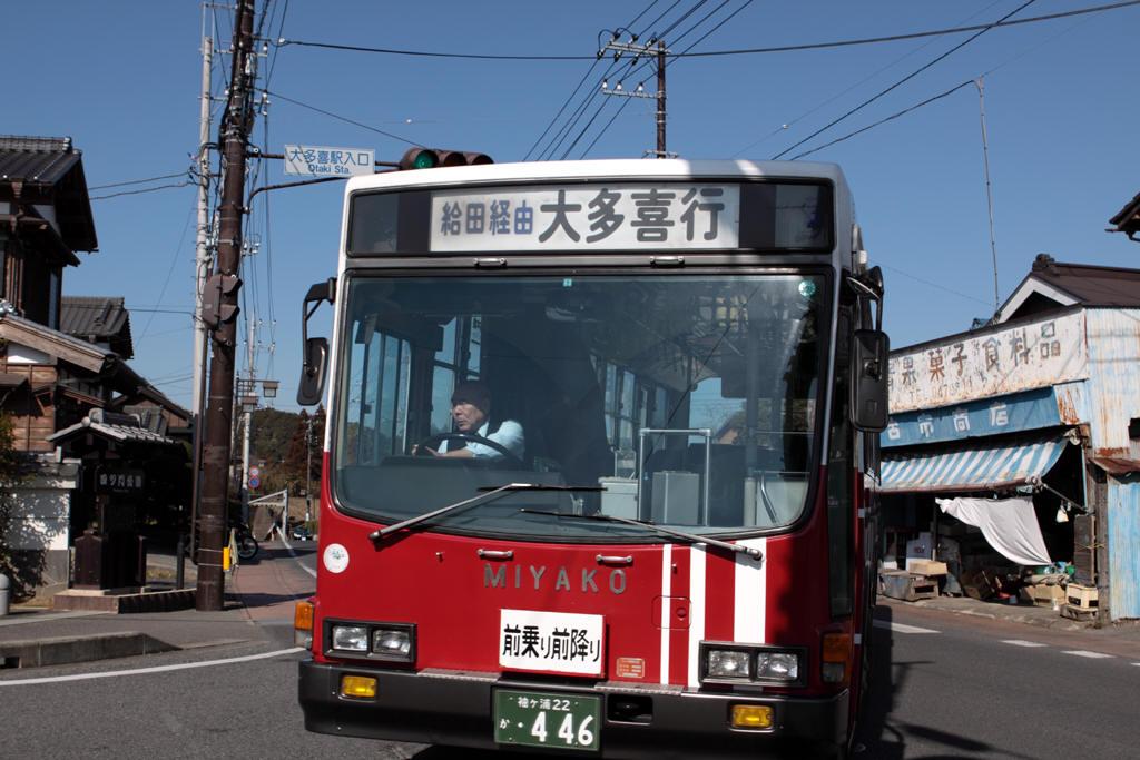 大多喜入口交差点を曲がる都バス