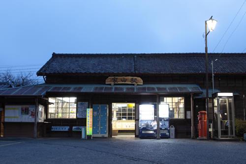家山駅駅舎と丸ポスト