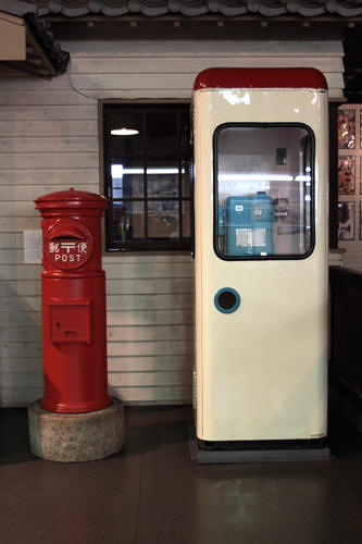 丸ポストと丹頂形の公衆電話ボックス