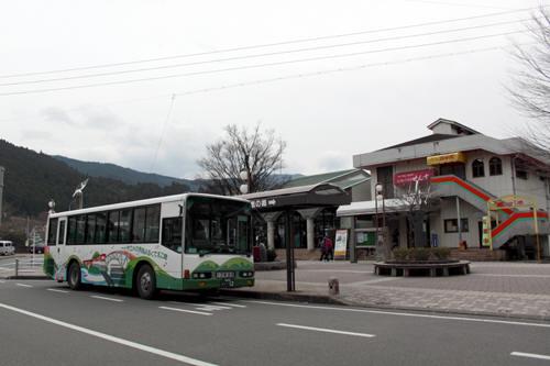 千頭駅前のバス