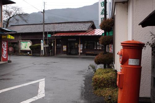丸ポストの向こうに駿河徳山駅
