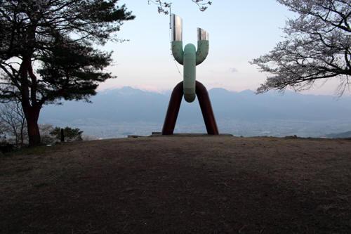 長峰山の広場と歴史の塔