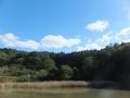 池と山と空と