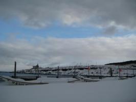 雪に埋もれる磯船
