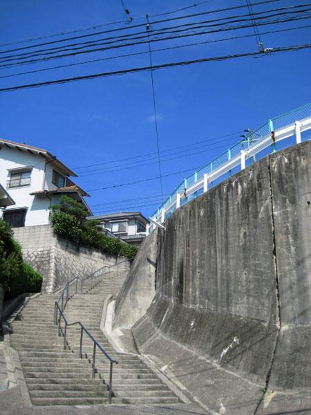 階段を振り返る 空が青い