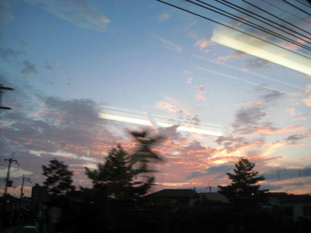 電車の中から夕日が