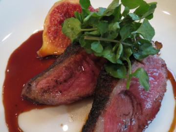 無花果は潰して、鴨肉とあわせる。甘みと旨みのあるソースが美味、香ばしく仕上がった鴨肉は牛肉のようで絶品