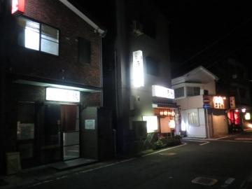 外観 左手前が京城。飲食店が並びます