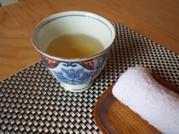 最初に、お茶とおしぼり