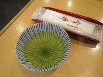 熱い緑茶と、おしぼりが出されました